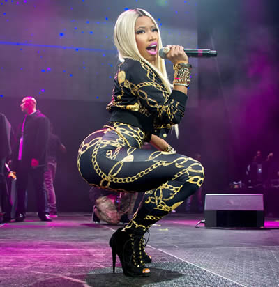Nicki singing and showing off her big butt in 2013